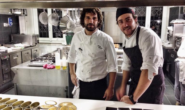Matias Perdomo e Simon Press hanno lavorato insieme per molti anni nella cucina del Pont De Ferr. Ora, insieme al maître e terzo socio Thomas Piras, sono pronti per inaugurare il loro nuovo Contraste,il primo settembre, in via Meda 2 a Milano. Per ora per le prenotazioni è attiva la mailinfo@contrastemilano.it
