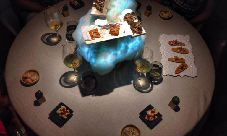 Il centro tavola è una nuvola luminosa, su cui vengono appoggiati alcuni degli amouse-bouche