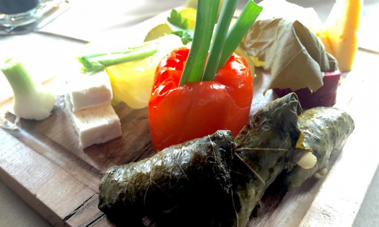 Un piatto di formaggio, involtini di foglia di vite e turshi, conserve di ortaggi sottaceto fatte in casa