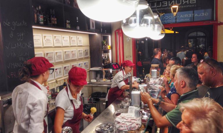 Fin dal primo giorno in via Carducci si è formata una nutrita fila di clienti che aspettano di arrivare al bancone