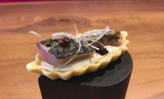 Tartelletta con sgombro, tofu, colatura di alici e cipollotto