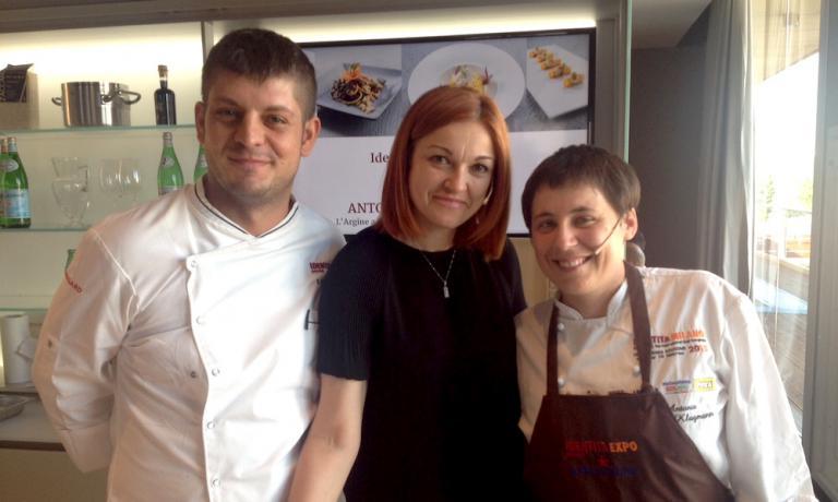Da destra a sinistra, Antonia Klugmann, la giornalista Eleonora Cozzella e Michele Mevio, collaboratore della cuoca triestina all'Argine di Vencò