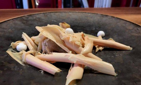 """""""Il viaggio"""". Ricciola e foie gras, ossia un crossover tra Oriente e Occidente. Ricciola marinata al miso, foie gras tagliato come fosse un tartufo, la nota italiana è data dalla mela cotogna, come meringa ma anche in cubetti piastrati. Grandissimo piatto, che sarebbe eccelso se solo il foie gras non fosse molto freddo (inevitabilmente, per poterlo tagliare con l'affettatartufi)"""