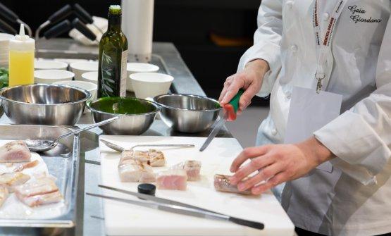 """La preparazione del piatto """"Mare e Champagne"""": il taglio della ricciola"""