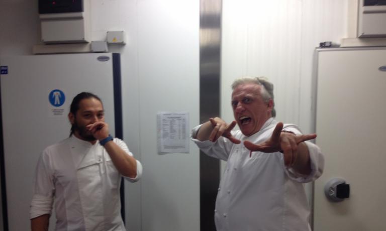 IL POTERE OSCURO DELLA GOLA. Davide Scabin scherza con Beppe Rambaldi nelle cucine di Identità Expo
