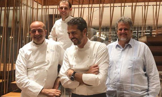Con i tre chef che hanno firmato il menu a sei mani, il proprietario de Il Sereno, Lago di Como Luis Contreras