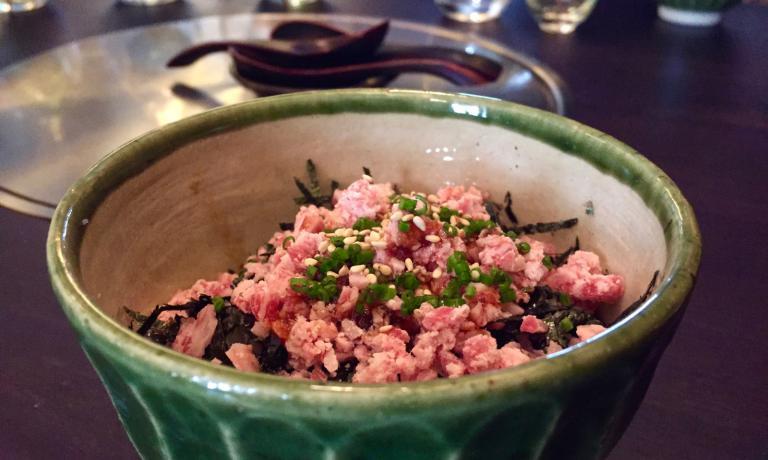 Riso, alga nori e carne tritata di wagyū: uno splendidoshime
