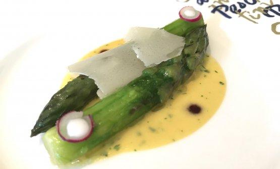Asparagi saltati, salsa ai legumi, scalogno e parmigiano reggiano