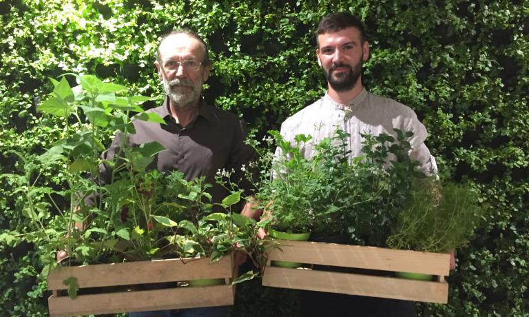 Diego Parolo con il figlio Enrico: con la loro Geel Floricultura di Carceri (Padova) riforniscono Baldessari di straordinarie erbe aromatiche bio