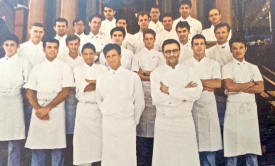 Berton (il più alto, in fondo adestra) ai tempi dell'apprendistato al Louis XV di Alain Ducasse (in primo piano), anno1993
