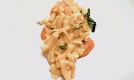 Pasta, patate, ricci di mare e alga