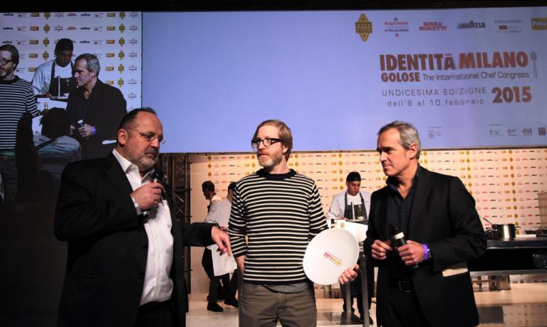 Alfredo Pratolongo(Direttore Comunicazione e Affari Istituzionali di HEINEKEN ITALIA) ha consegnato sul palco di Identità Milano il Premio Birra in Cucina a Daniel Burns (ristorante Luksus, New York)