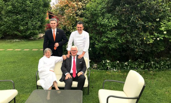 I Santini nel loro giardino durante la nostra chiacchierata: seduti Nadia e Antonio, in piedi Alberto e Giovanni