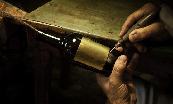 Un vigneto che da secoli sfida il sale e l'acqua alta dando vita ad un vino con caratteristiche uniche al mondo. Nell'isola di Mazzorbo il vitigno Dorona di Venezia ha trovato un equilibrio magico tra un terreno vocato e la continua minaccia del sale e dell'acqua. Nasce così il Venissa, 3mila bottiglie (al 75% esportate) uniche nel loro genere. Un vino macerato «perché la macerazione è sempre statail modo migliore per conservare il vino, qui non è possibile ricavare cantine sotterranee», ci spiega Matteo Bisol. A rendere ancora più esclusive le bottiglie, le etichette ideate da Giovanni Moretti e caratterizzate dallafoglia d'orolavorata a mano dalla famiglia Berta Battiloro. A Murano viene fusa nel vetro e ogni bottiglia numerata attraverso un'incisione
