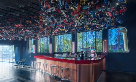 Il bancone bar al piano terra