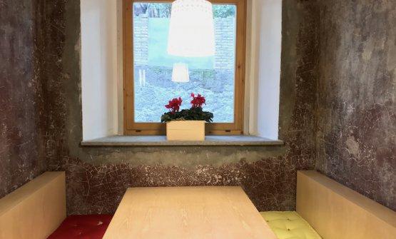 Un tavolo da pranzo o per relax ricavato dove un tempo veniva prodotto il vermouth