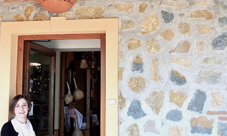 Isabella Preziuso sulla porta d'ingresso del suo l