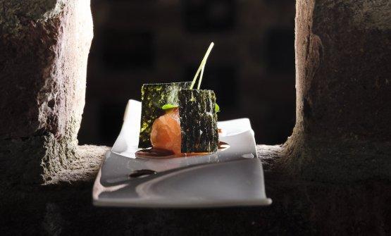 Salmone marinato con tè affumicato, salsa di miso rossa e oliva taggiasca, alga nori e germogli di daikon (Iyo)