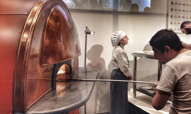 Il forno elettrico Scugnizzo a Identit� di Pizza 2015 (alla pala � Cristian Mastroianni, collaboratore di Franco Pepe). Lo produce Izzo forni, una ditta partenopea fondata nel 1951. Scugnizzo ha prestazioni identiche a quelle di un forno a legna, senza presentarne gli svantaggi