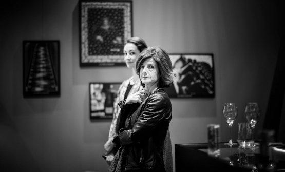 Dietro,Gaelle Goossens, enologa di Veuve Clicquot, con l'interprete