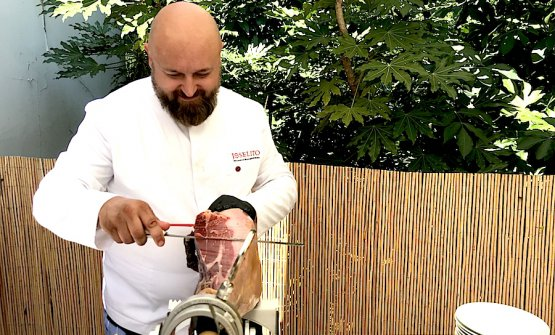 Learning how to hand-cut a Joselito Gran Reserva 2013 prosciutto on June 29th 2018 at Pavillon Ledoyen in Paris
