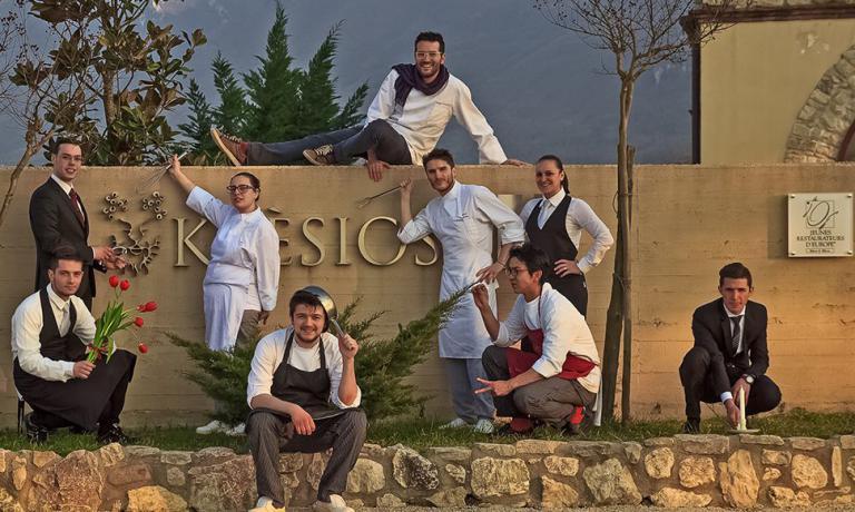 Alfredo Buonanno, sulla sinistra, con lo staff del Krèsios, al centro lo chef Giuseppe Iannotti. In questa seconda e ultima parte dell'intervento sulla sala per Identità Golose(qui la prima parte), racconta l'importanza della formazione a scuola e i valori che non devono mai mancare nell'accoglienza di un ristorante
