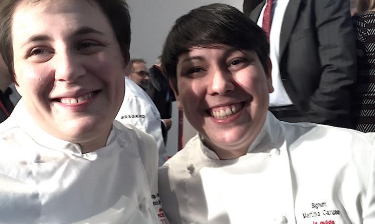 Cinque le chef neo-stellate nella guida rossa 2016, due le vediamo sorridere in questa foto. A sinistra la trentenne Antonia Klugmann dell'Argine di Vencò a Dologna del Collio (Gorizia). A destraMartina Caruso, ventenne siciliana, chef nell'albergo di famiglia, il Signum sull'isola eoliana di Salina