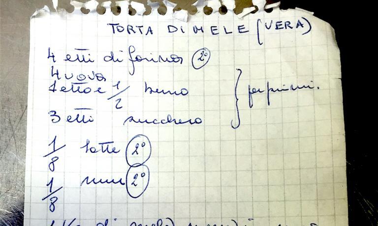 Un dettaglio della ricetta della Torta di mele (vera) arrivata alla chef Antonia Klugmann dai suoi nonni paterni e da lei proposta all'Argine in località Vencò a Dolegna del Collio in provincia di Gorizia