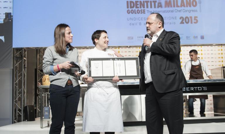 Antonia Klugmann sul palco di Identit� Milano 2015 insieme a Paolo Marchi e a Laura Lazzaroni, che ha presentato la sua lezione al congresso. Dopo due anni di grande successo come chef del ristorante veneziano Venissa, con cui ha anche ottenuto una stella Michelin, dallo scorso 17 dicembre ha aperto il suo Argine a Venc�