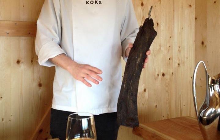 Un blocco di carne di balena essiccata. Lo stringe tra le maniPoul Andrias Ziska, chef del Koks, ristorante gourmetsul quale torneremo nell'ultima puntata