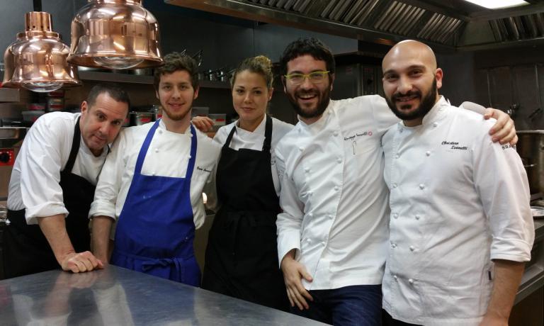 Giuseppe Iannotti con Cristian Leonetti, alla sua sinistra, e lo staff di Kresios BCN
