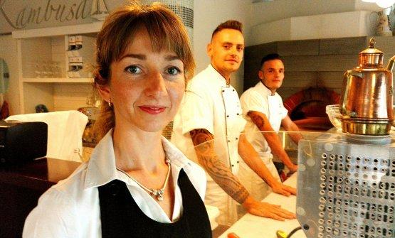 La lituana Kristina Lapo e, dietro di lei,Giuliano Moraca. Lei titolare, lui pizzaiolo alla Kambusa di Massarosa (Lu)