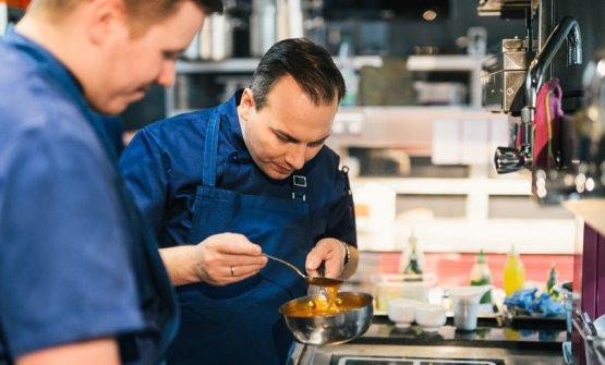 Tim Raue al lavoro. È oggi uno degli chef più apprezzati di Berlino, e forse della Germania intera; il suo ristorante omonimo è al numero 48 della 50Best