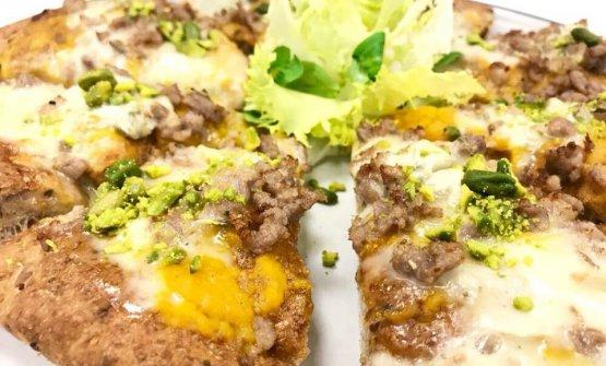 La pizza Nuvolari a base integrale con crema di zucca, gorgonzola tastasal e semi di zucca, una creazione di Kuoki a Lonato (Bs)