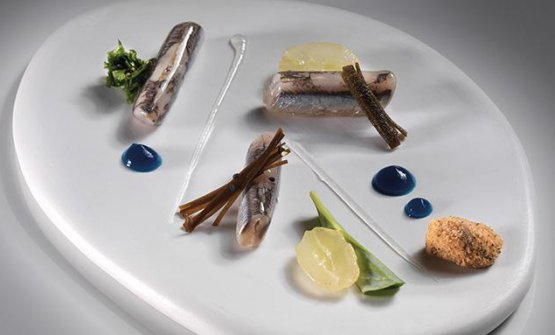 """La ricetta che nel libro apre la sezione """"Ritmo contemporaneo"""", quella dedicata ai signature dish dello chef: Alici in incontro tra saor e carpione"""