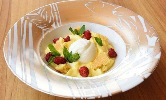 Ilgelato allo yogurt, qui in versione con spuma di caprinoe fragoline di bosco (foto Fine Dining Lovers)