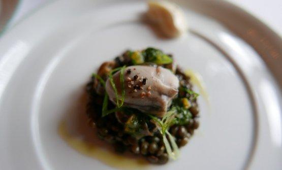 Lenticchie e ostriche, uno dei piatti a rotazione quotidiana di Le Clarence, indirizzo in grande ascesaa Parigi (fotowww.gillespudlowski.com)