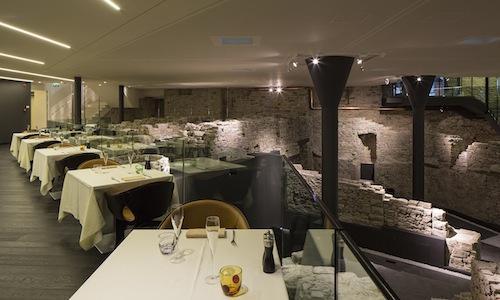 La sala e l'ambientazione archologica dell'Hostaria del Relais San Lorenzo, aperto l'estate scorsa tra le mura venete di Bergamo Alta, telefono+39.035.237383. Il cuoco è Antonio Cuomo, origini partenopee