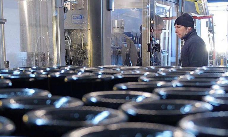 La mis sur pointe delleSpumante Christian Bellei Metodo Classico bianco nellaCantina della Voltadi Christian Bellei (sullo sfondo), un metodo di vinificazione che aggiunge valore al vitigno popolare. L'azienda in questione si trova in via per Modena82 aBomporto (Modena), telefono +39.059.7473312