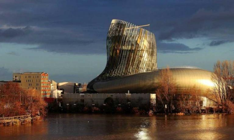 The new and beautiful Citè du Vin in Bordeaux, en