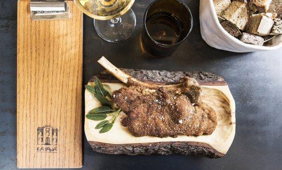 La Costoletta alla milanese di Cesare Battisti, chef del Ratanà di Milano. La prepara solo su ordinazione il giorno prima ecosta 30 euro (foto Brambilla/Serrani)