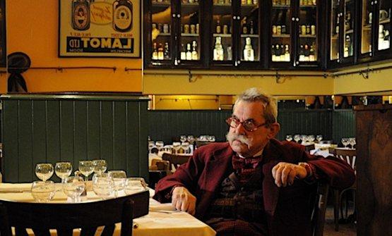 Italo Manca seduto a un tavolo del suo locale, la Libera in via Palermo
