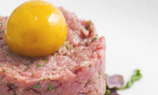 """La Solita Tartare: battuta di manzo a coltello condita con cipolla rossa, prezzemolo, cappero, Worcestershire, Tabasco e """"l'insolito tuorlo d'uovo"""""""