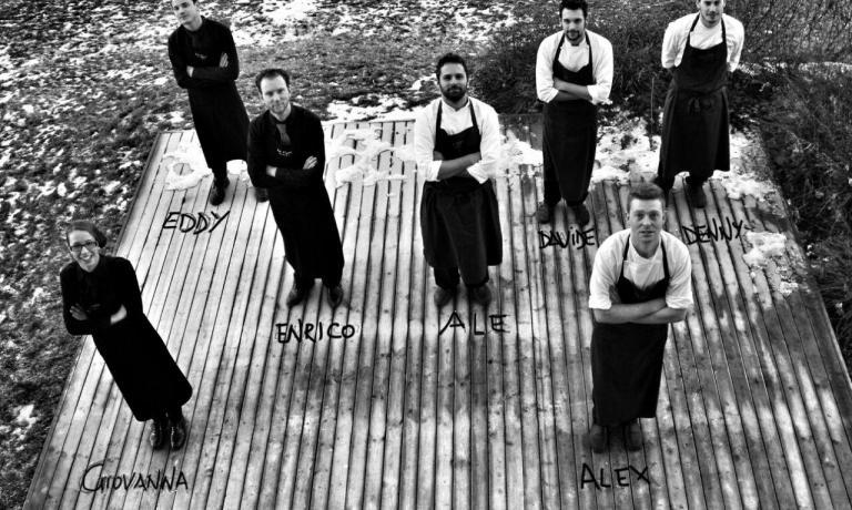 Alessandro Dal Deganripreso insieme alla squadra del ristorante La Tana