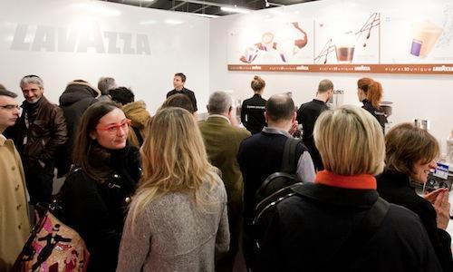Tutti al corner Lavazza a sorseggiare i primi caffè della giornata, un rito che si ripete ininterrotto dalla prima edizione di Identità Milano, anno 2005 (foto Sonia Santagostino)