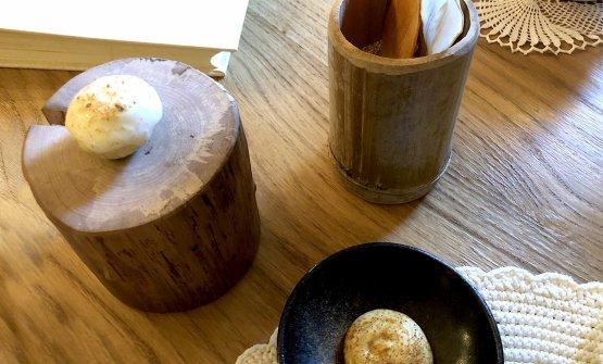 Tapioca & Sottoya: la sottoya (a destra nella foto) è una maionese di salsa di soia e scalogno (la gente ne è impazzita, tanto che è iniziata una piccola produzione per la vendita di vasetti al pubblico), da intingere con le chips sottili e croccanti di tapioca, si intravedono in alto. PoiLemon pie(a sinistra nella foto): tartelletta ripiena di patata dolce, cioccolato bianco e meringa al limone, con polvere di limone tostato sopra. È da mangiare in un sol boccone, per far esplodere la fresca acidità agrumata.
