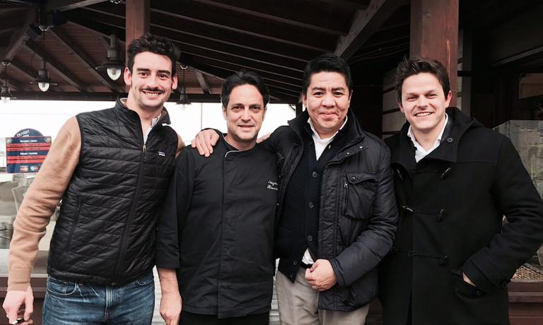 Foto ricordo, domenica 7 febbraio, al termine di un superbo pranzo nel segno dell'anguilla alle Antiche Sere, il ristorante che Nazario Biscotti ha aperto a Lesina in Puglia nel 1999. Da sinistra verso destra, Filippo Visconti di Modrone, il padrone di casa, quindi il suo collega Niimori Nobuya, chef del SushiB a Milano, e infine Marco Mazzilli