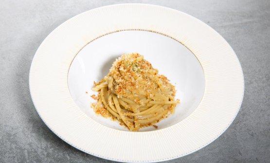 Spremuta di Sicilia: linguine Kamut Monograno Felicetti con acciuga, bottarga di tonno, cipollotto, finocchietto selvatico e pane tostato