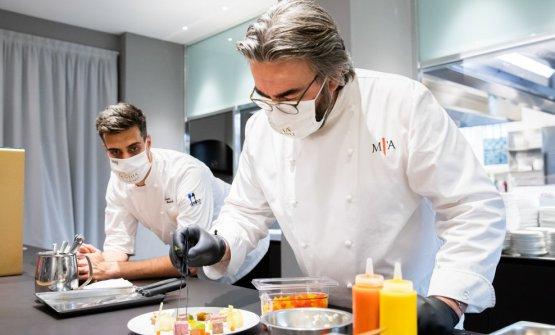 Al lavoro sotto lo sguardo attento del resident chef diIdentità,Simone Maurelli