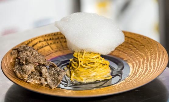 Chitarra di pasta fresca al tè nero affumicato e aglio nero fermentato